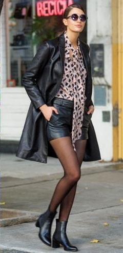 Traje de mujer con minifalda